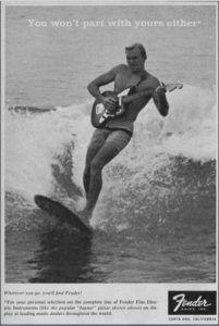 guitarrista sobre tabla de surf
